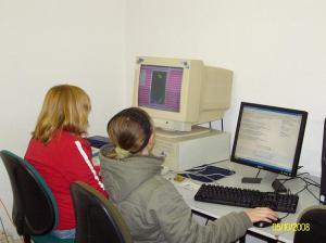 Gina zeigt Hanna, wie man Tetris spielt