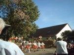 Erdbeerenmädchen tanzen mit einerErntekrone