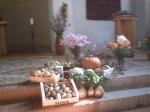 Erntegaben vor dem Altar