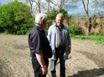 Herr Kratz erzählt Herrn Köwing von seinem Bienenmuseum