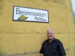 Der Honigmann vor dem Bienenmuseum